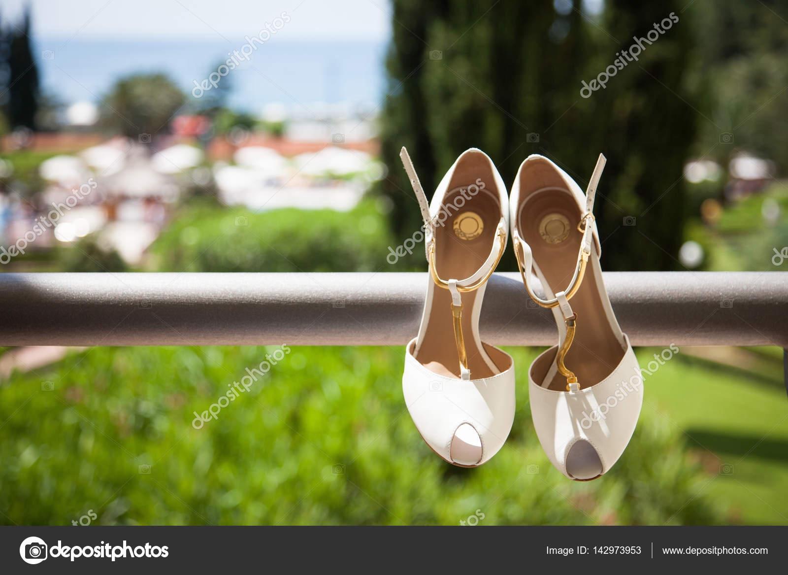 Weisses Leder Hochzeitsschuhe Mit Gold Riemen Sind Auf Dem Balkon