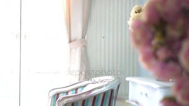 Vista panoramica di retro interno vittoriano con i fiori