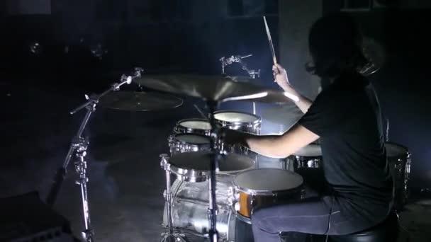 El baterista toca la batería en un cuarto oscuro — Vídeo de stock ...