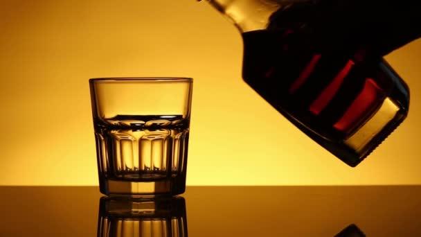 Sklenici s whisky na láhev