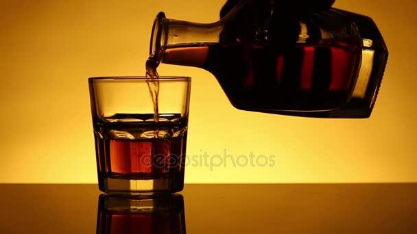 Whisky nebo pour nebo skotské sklo je lití z láhve. Při opačném pohybu