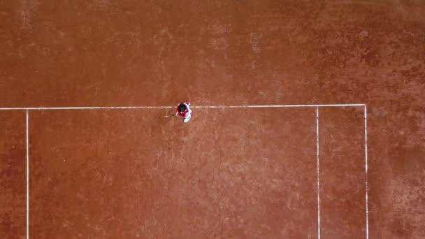 Junge Tennisspielerin schlägt Schlägerball auf Tennisplatz