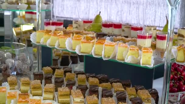Hostina se sladkostmi, koláčky a pečivem