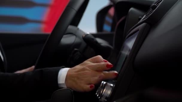 eine Frau benutzt den Sensor im Auto
