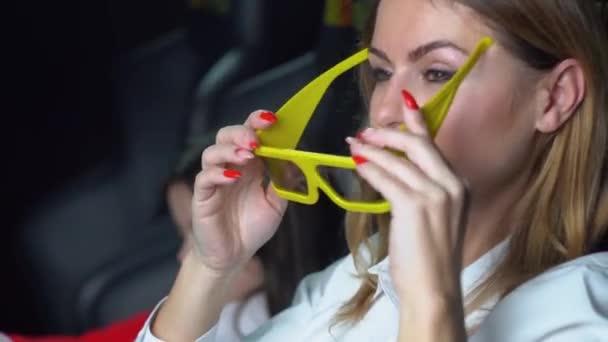 Nő kislányával izgalmas filmet néz a moziban 3D szemüvegben