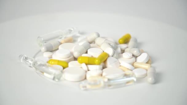 Multi-barevné tablety na bílém pozadí. Výroba tablet, pilulek a dalších léků. Farmaceutický průmysl
