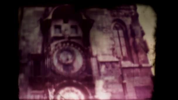 Starý projektor promítá film se starými pražskými 60. léty. Pražské orloj, Orloj. Film prochází projektorem 8mm