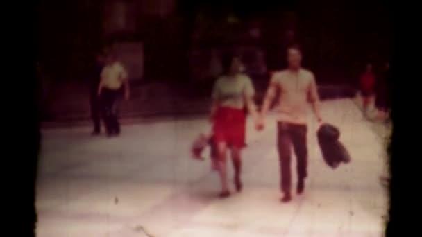 Starý projektor promítá film se starými pražskými 60. léty. Film prochází projektorem 8mm