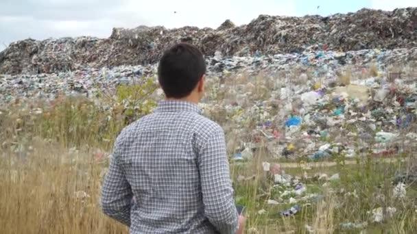 Inspektor odstraňování odpadků zaznamenal úroveň znečištění. Koncepce znečištění životního prostředí