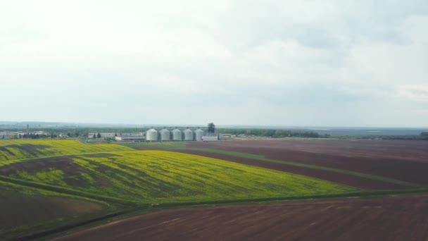 Luftaufnahme von modernen Industrieanlagen für die Landwirtschaft produzieren Verarbeitung und Lagerung, Getreide-Mais-Weizen
