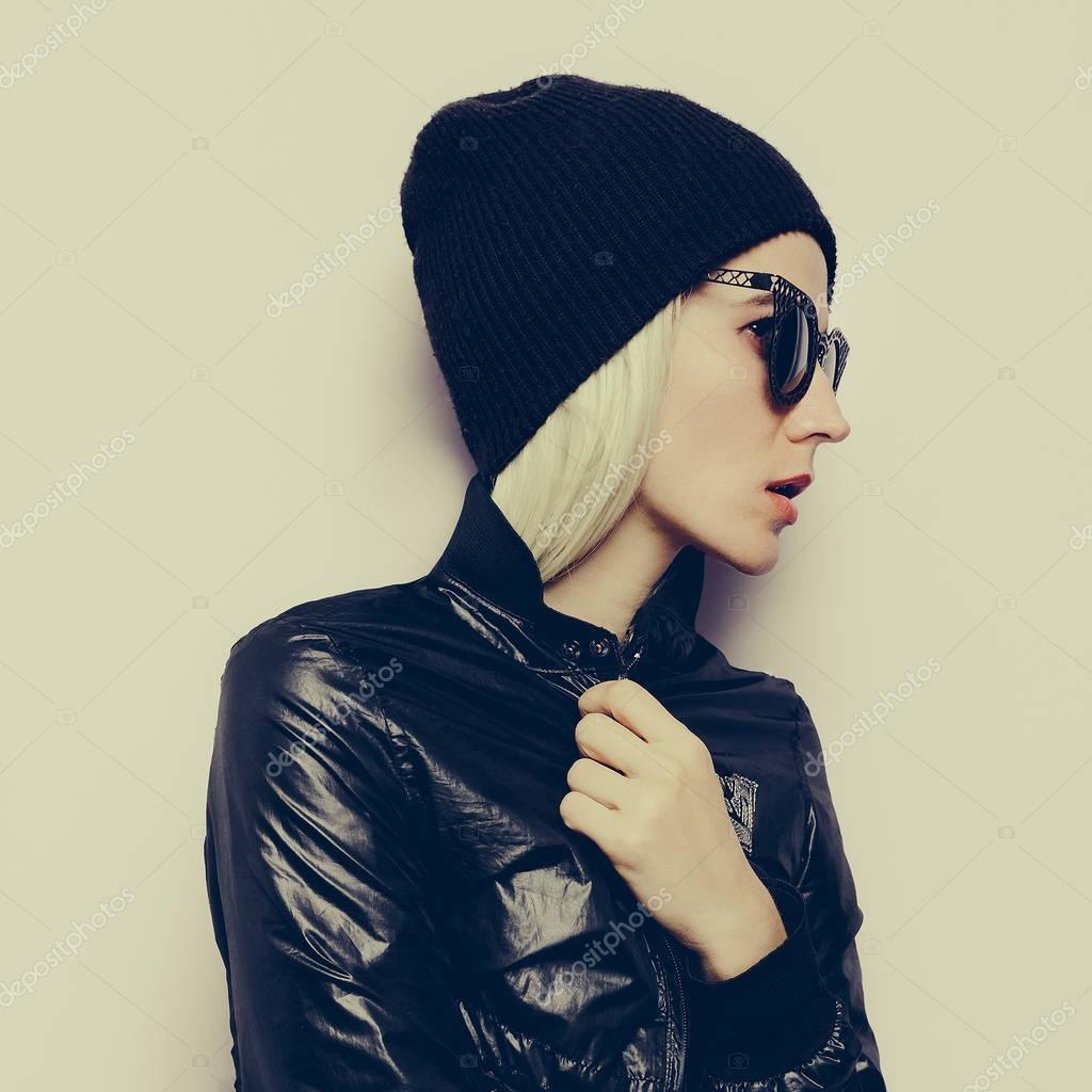 7e9d781b9998d Bonnet de mode hipster Blonde Girl Swag. Lunettes de soleil glamours.  automne hiver — Image de ...