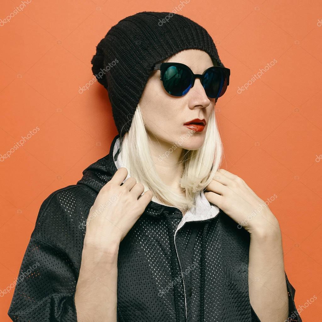 Hipster modèle Blonde Swag Style garçon manqué. Bonnet chapeau \u2014 Image de  Porechenskaya