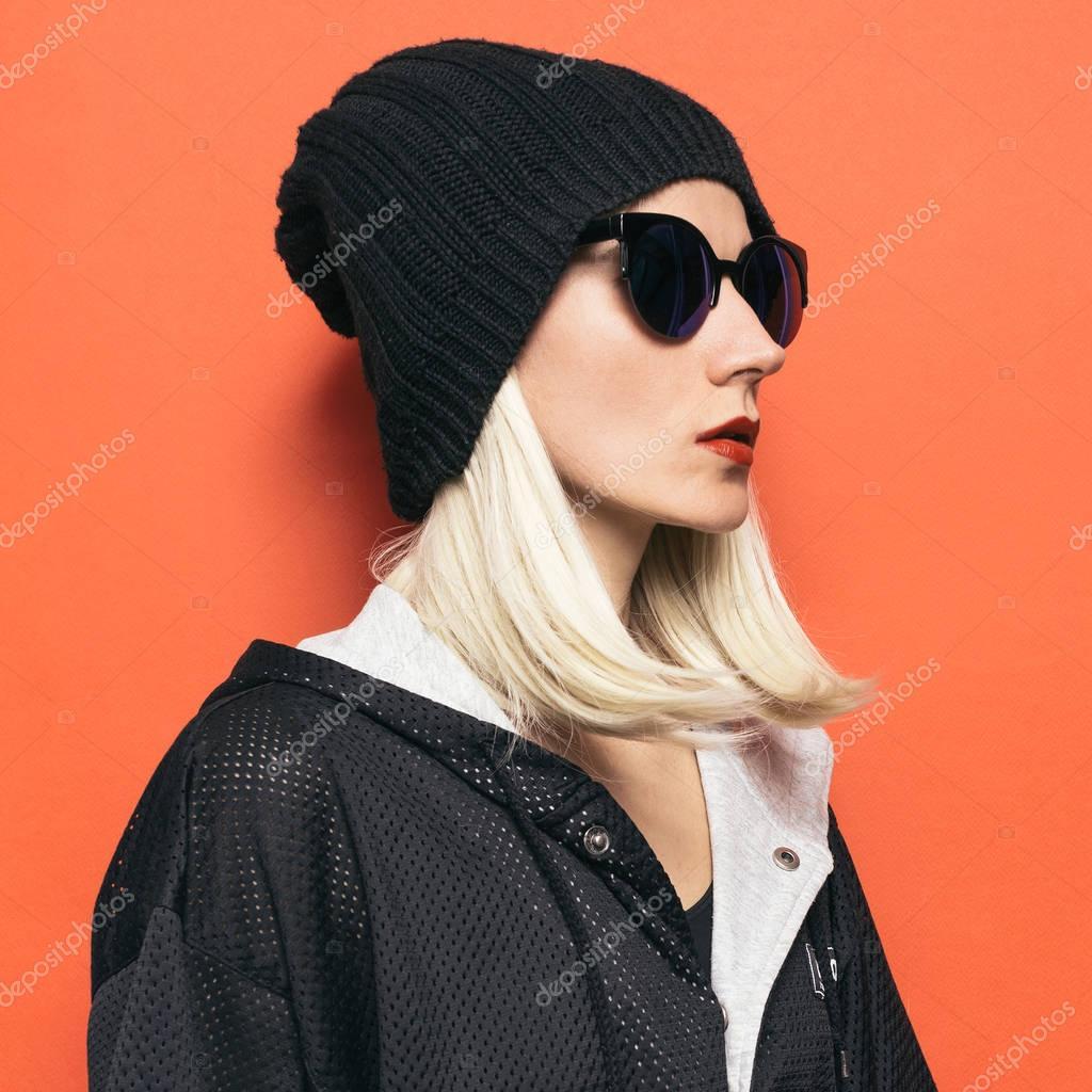 Bonnet hipster Blonde Girl fashion. Lunettes de soleil glamours. Automne  hiver saison Style noir \u2014 Image de Porechenskaya