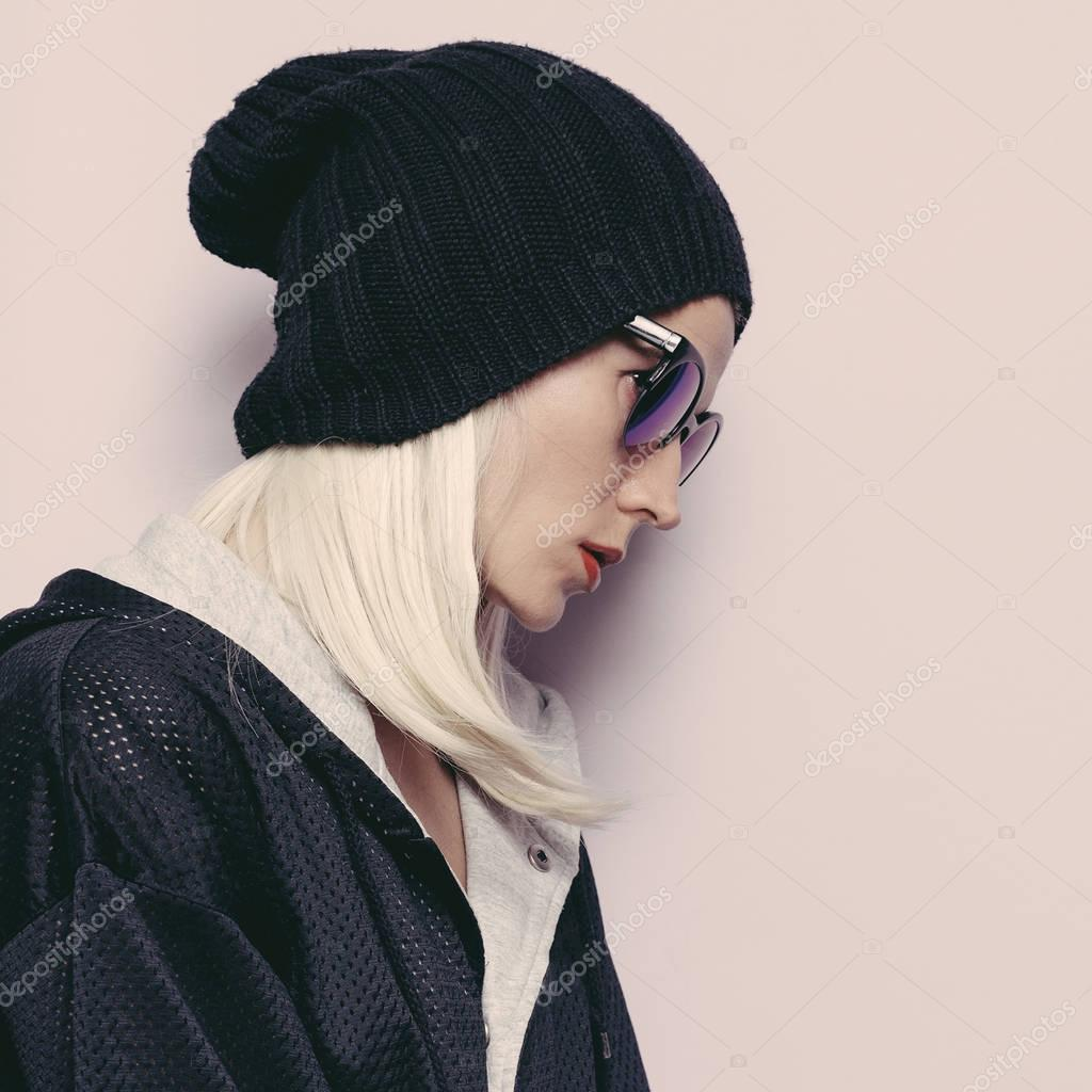 568d0267f Gorro de menina moda Swag. Óculos de sol glamourosos. Urban Outono Inverno  — Fotografia