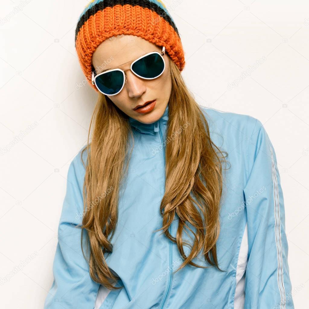 ce144cf2cbe97 Morena Beanie chapéu e óculos de sol à moda. Outono Inverno — Fotografia de  Stock