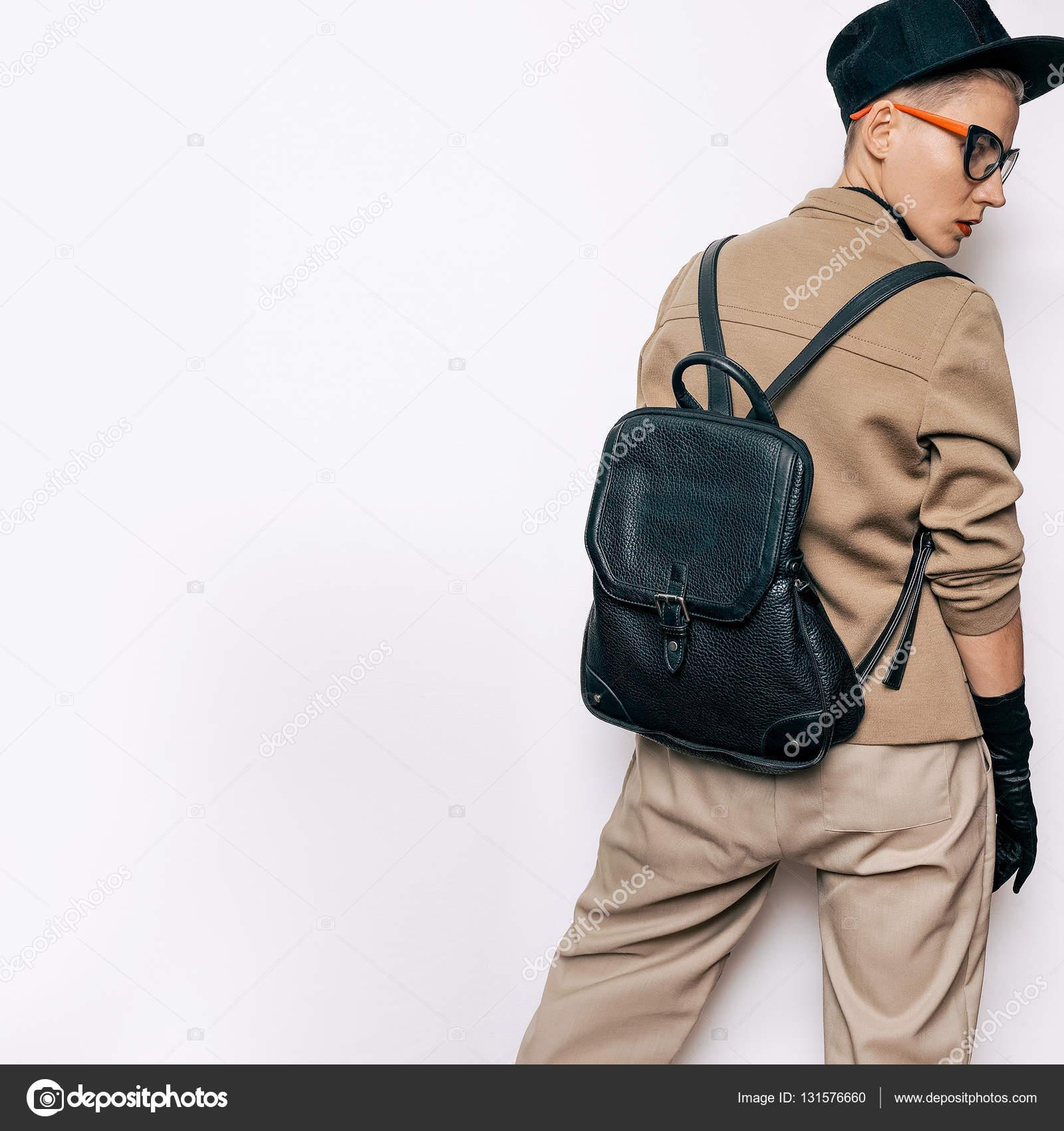 ba3ef36e50 Vintage divat Tomboy diák bézs klasszikus ruha és divatos kiegészítők. Piros  rúzs, retro, szemüveg. Kesztyű. Hátizsák és kap. Vegyes tendenciákat és a  ...