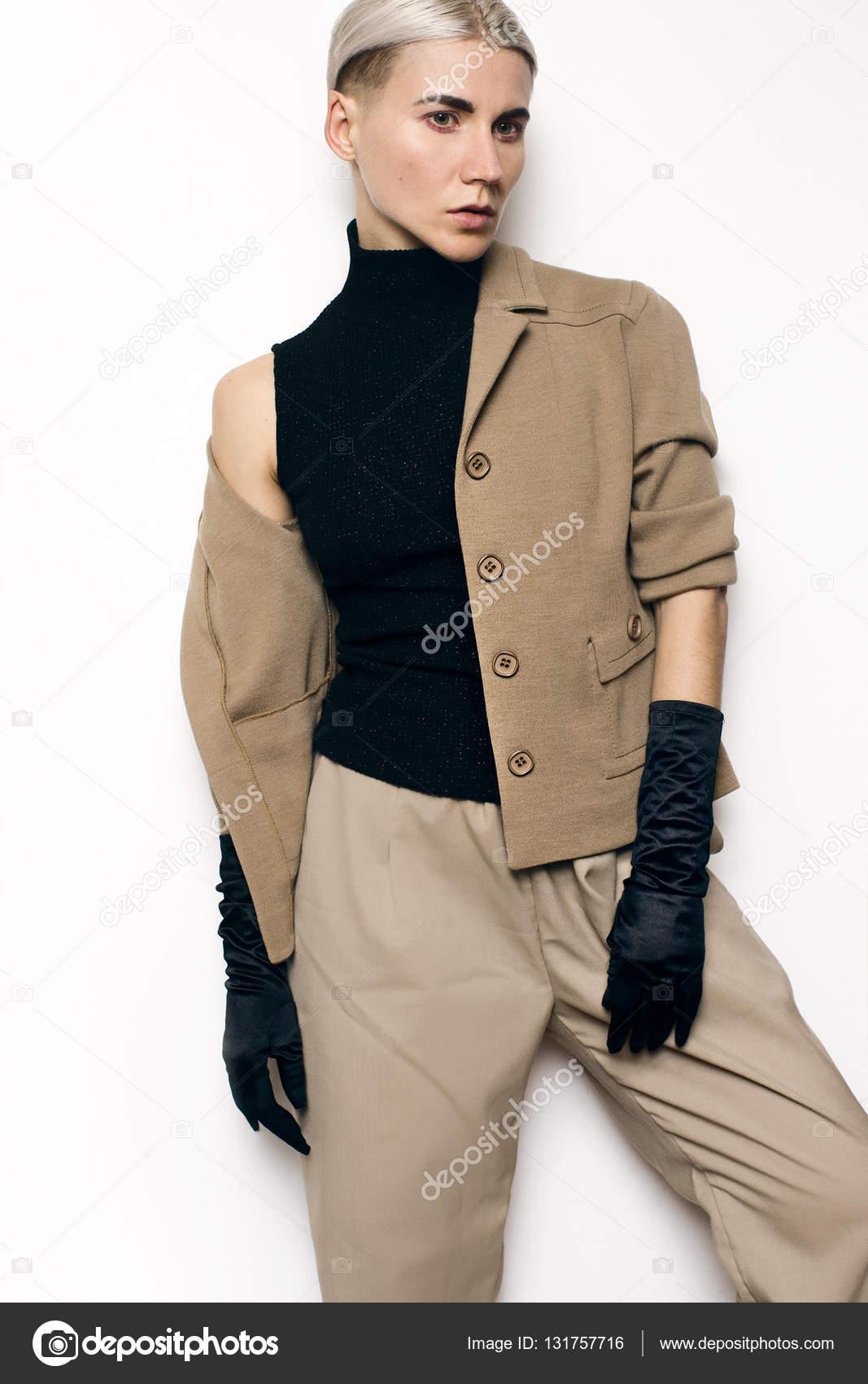Vintage costume beige classique mode femme Blonde et élégante cheveux \u2014  Photo