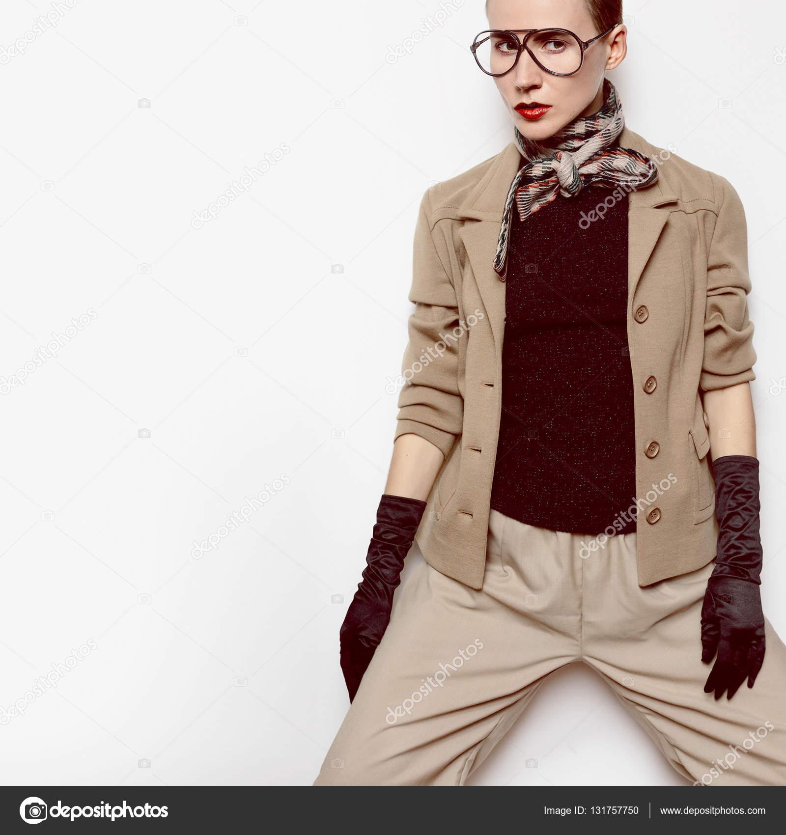 Vintage Mode Frau Beige klassischen Anzug und stilvolle ...
