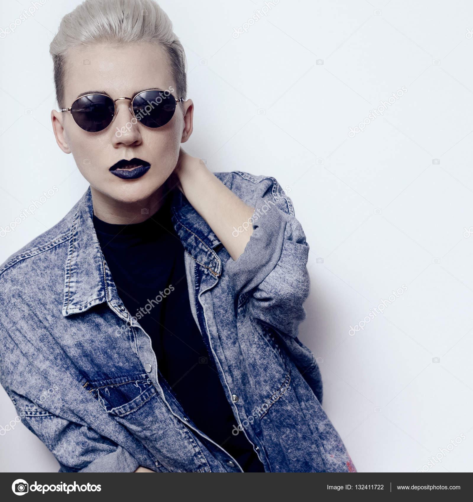 26816ede1acab Elegante loira com cabelo curto. Tendência maquiagem preta lábios glamourosa  Tomboy hipster moda vintage óculos de sol punk rock estilo — Fotografia por  ...