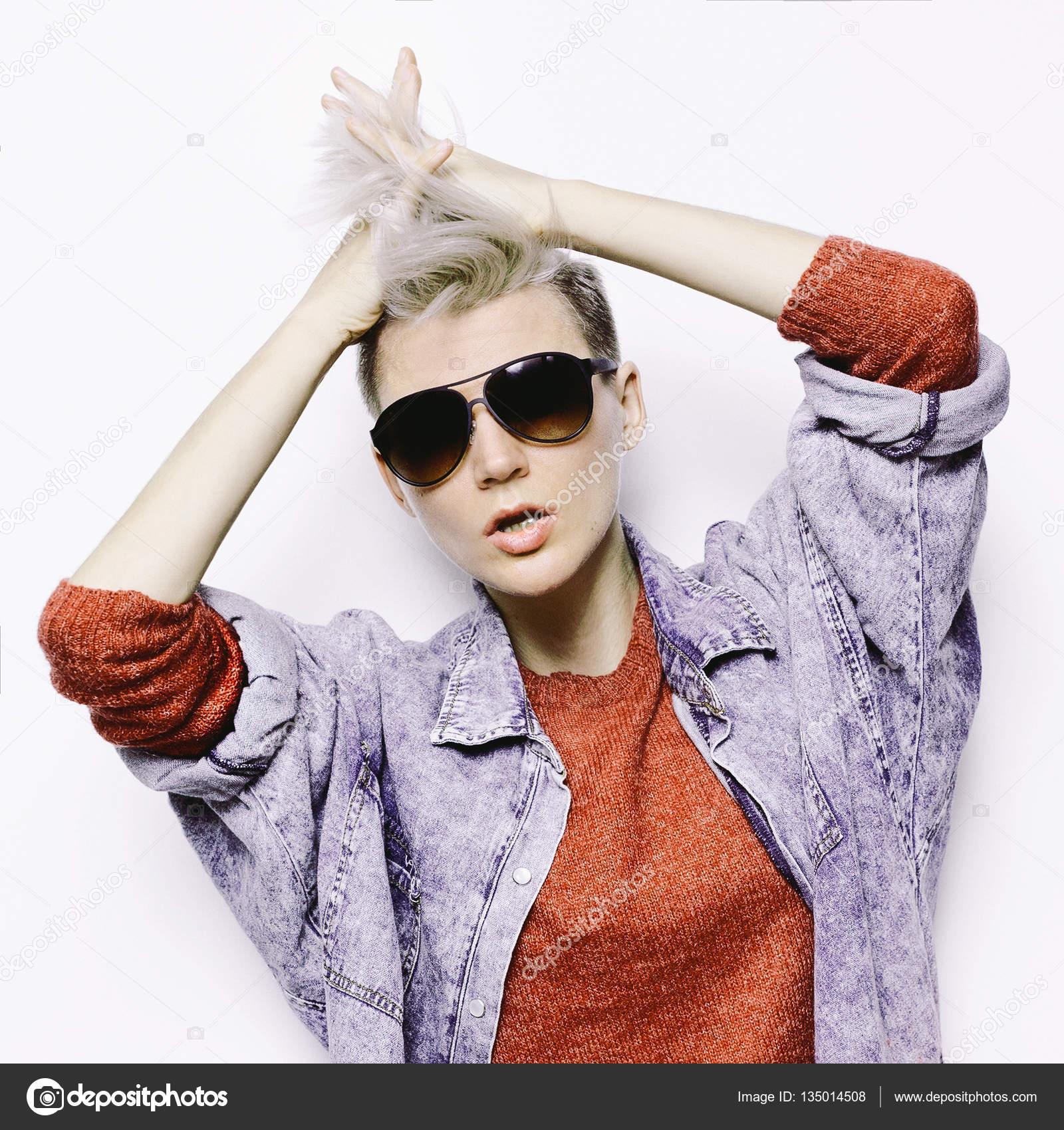 b2abfba0870d7 Elegante loira com cabelo curto. Glamourosa Tomboy hipster moda óculos de  sol punk rock estilo — Foto de Porechenskaya