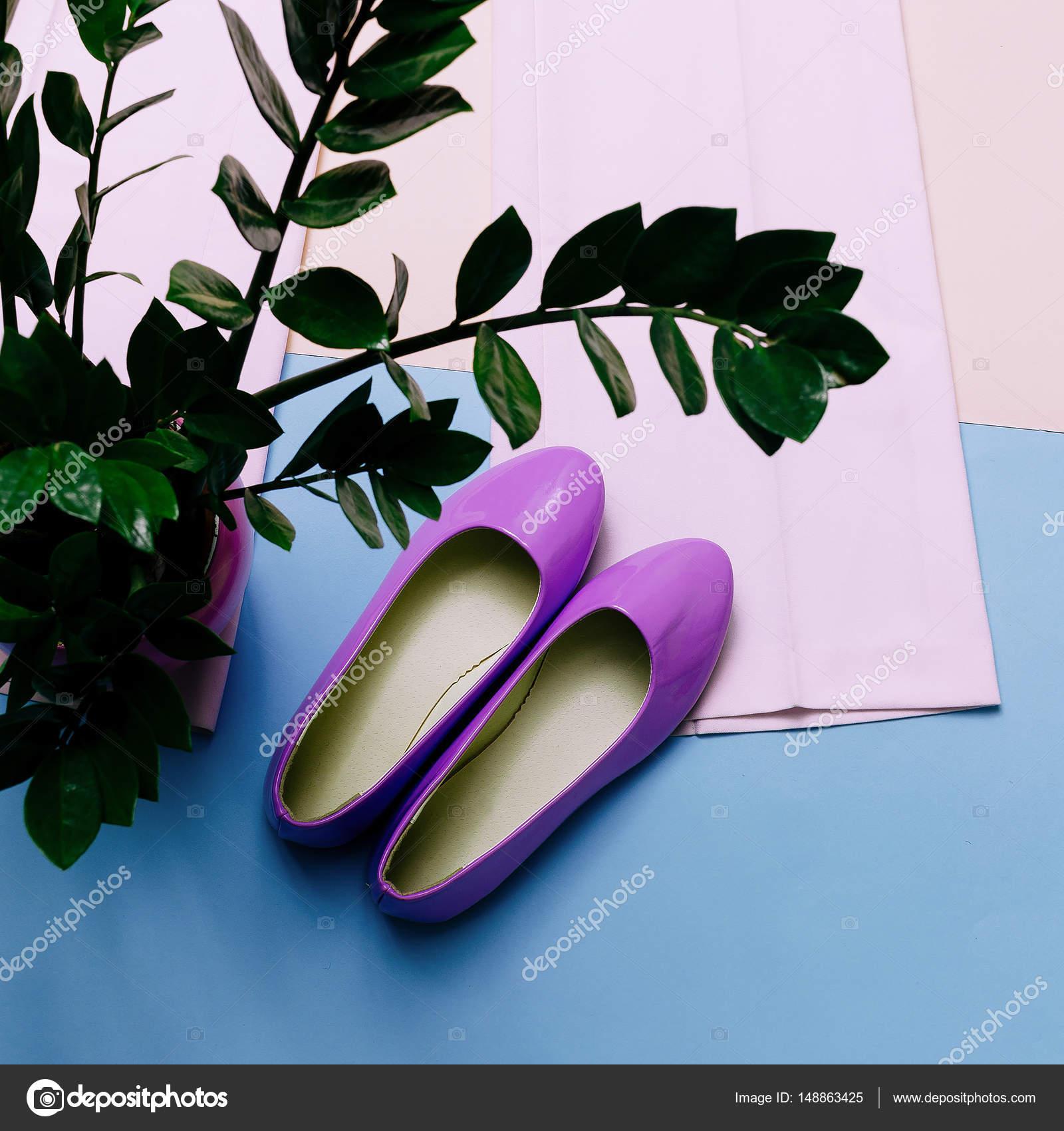 978ddb096ddb66 Стильний літнє взуття. Пастельні кольори є тенденція. Модного одягу — стокове  фото