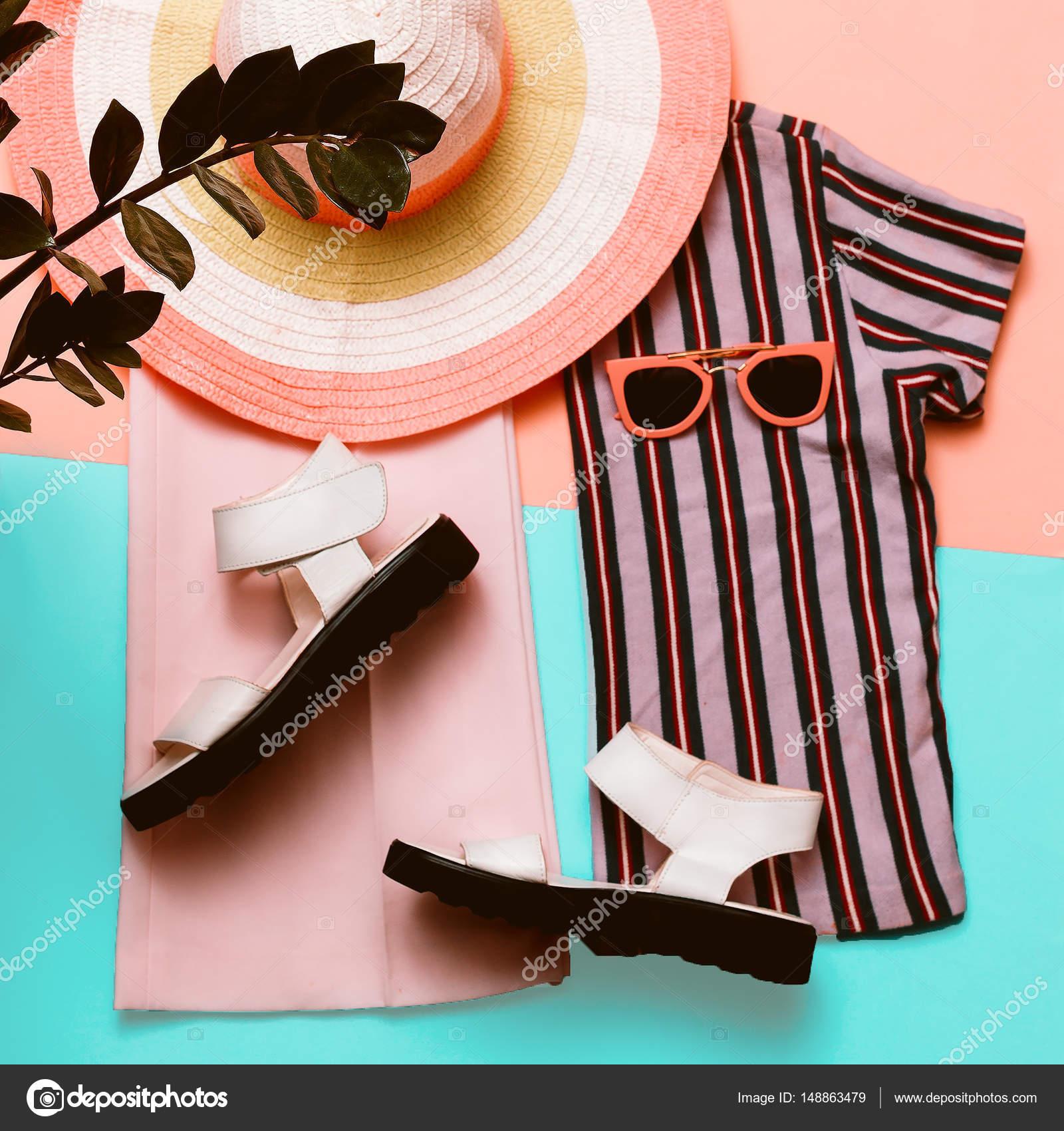 a6cbccb52 Stylové letní Dámské oblečení a doplňky. Pláž móda. Trend pruh tisk. Pohled  shora — Fotografie od ...
