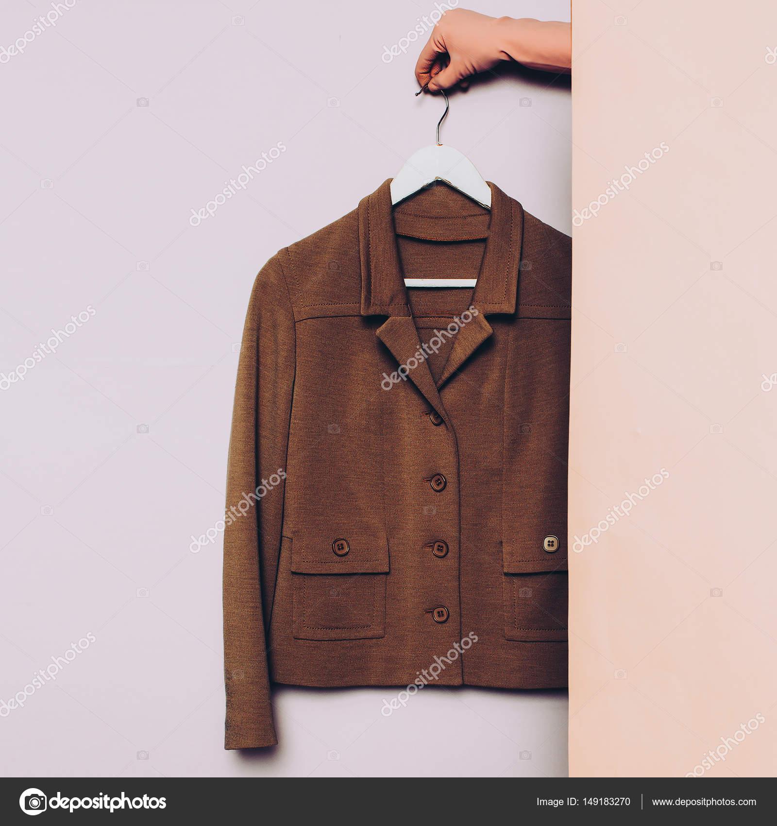 705c1c91a4f08 Roupas elegantes. Vintage jaqueta em um cabide. tren de ideias de ...