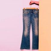 Fotografie Stilvolle Kleidung. Schlagjeans. Minimale Mode. Kleiderschrank-Trends