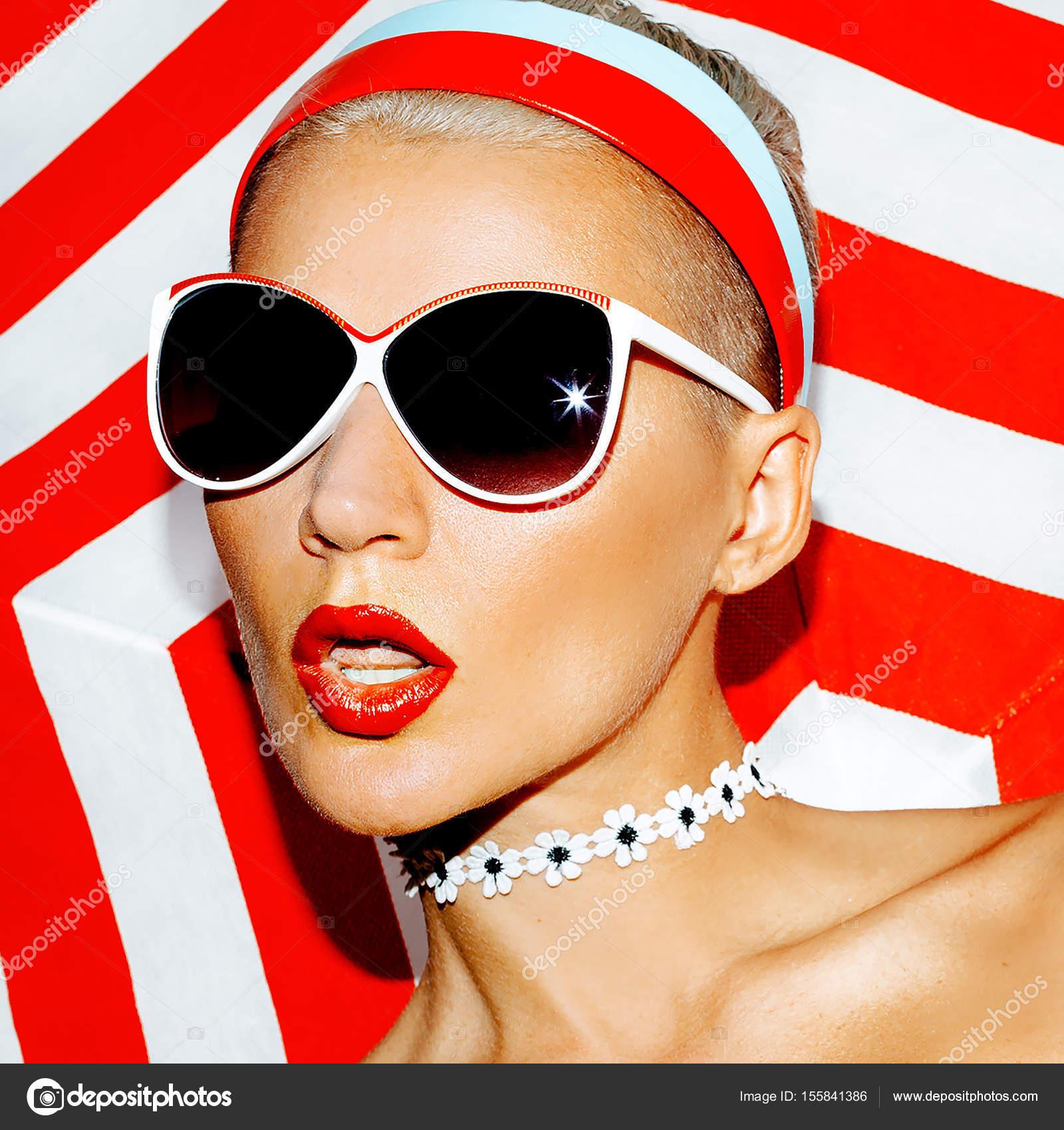 3b169492bb8ef Modelo de praia. Óculos de sol da moda. Retrô vermelho — Fotografia de Stock