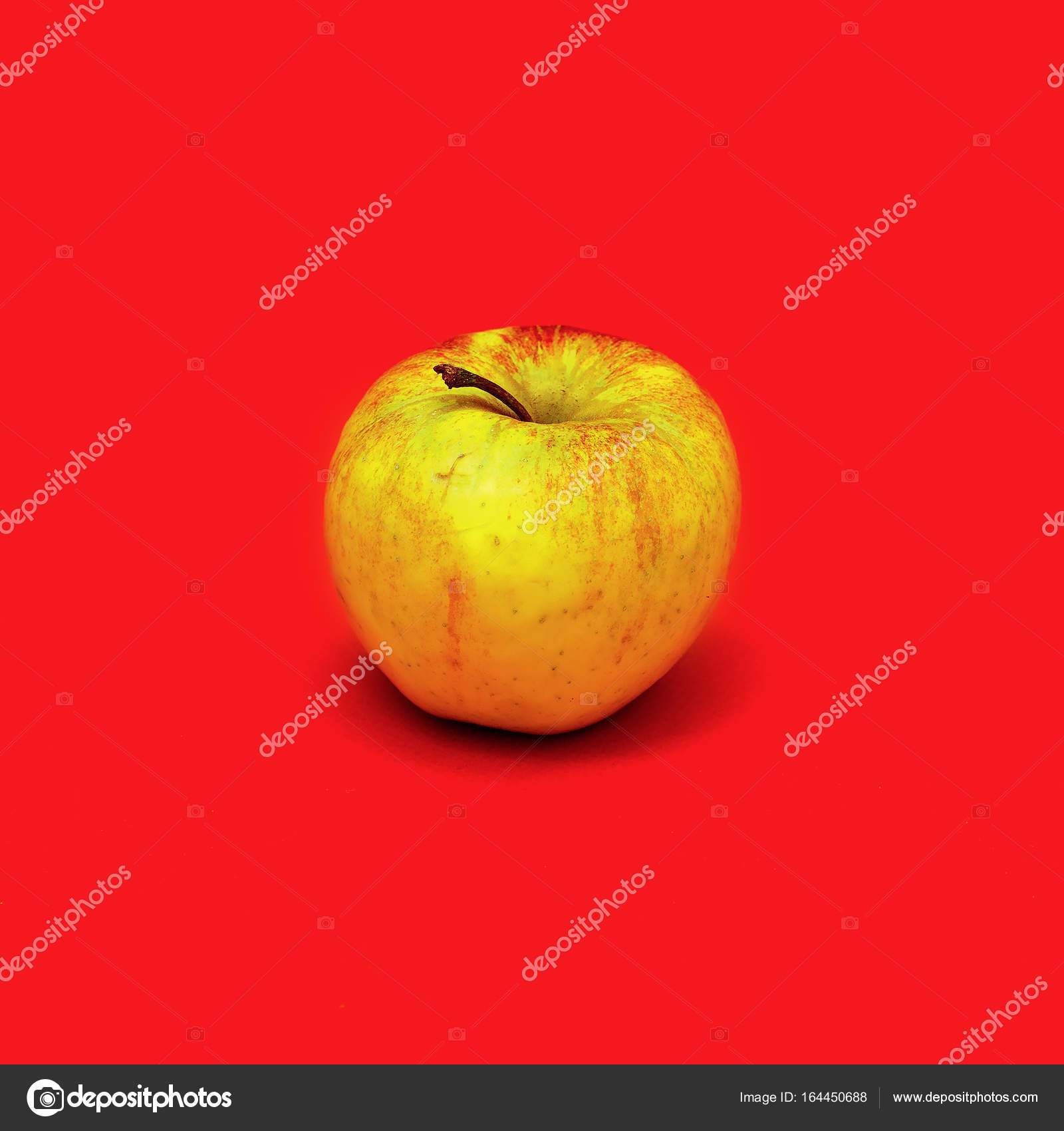 Apple Su Sfondo Rosso Stile Minimal Foto Stock Porechenskaya