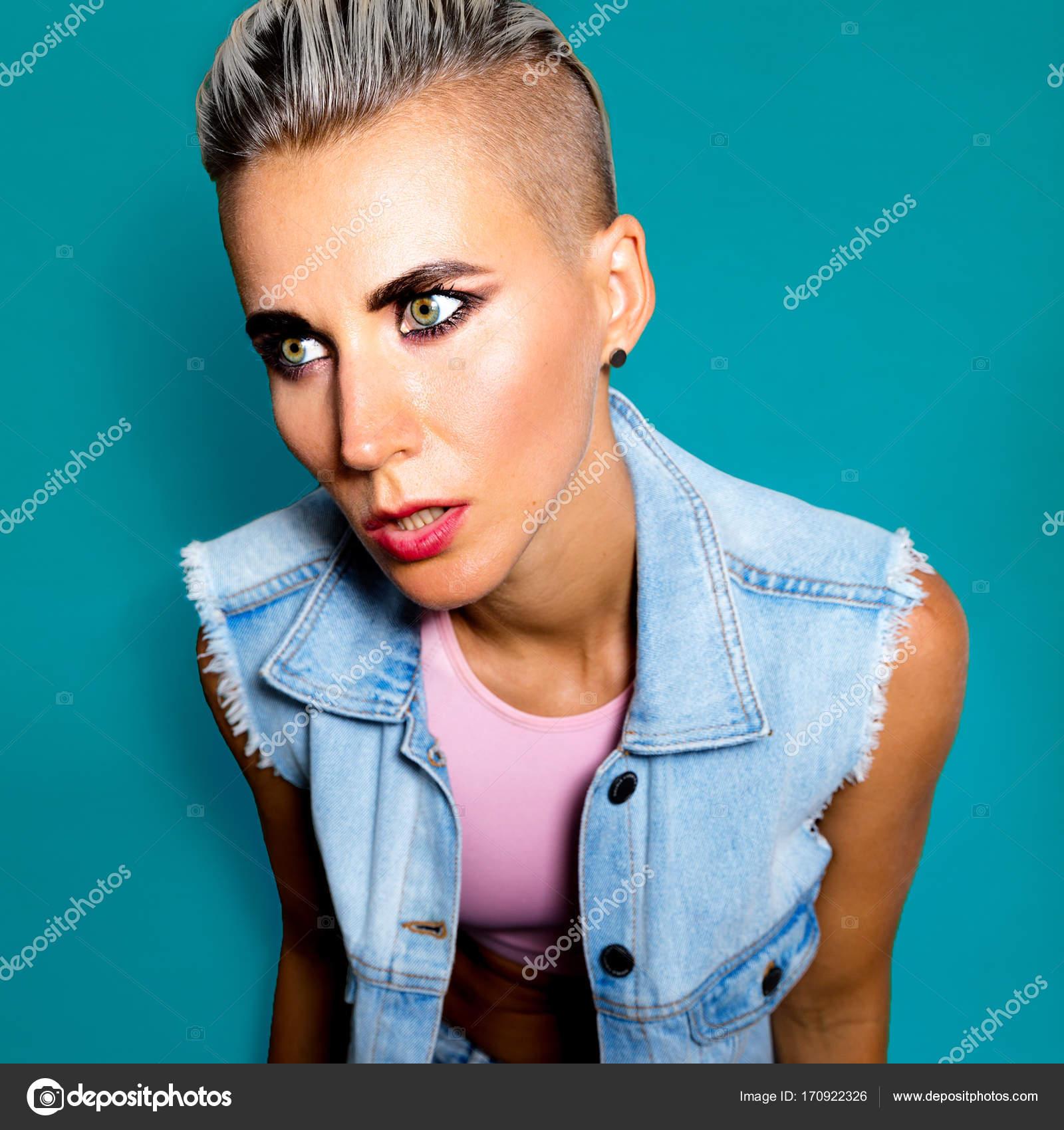 Wildfang Stil Mädchen Mode Frisur Kurze Haare Idee Stockfoto