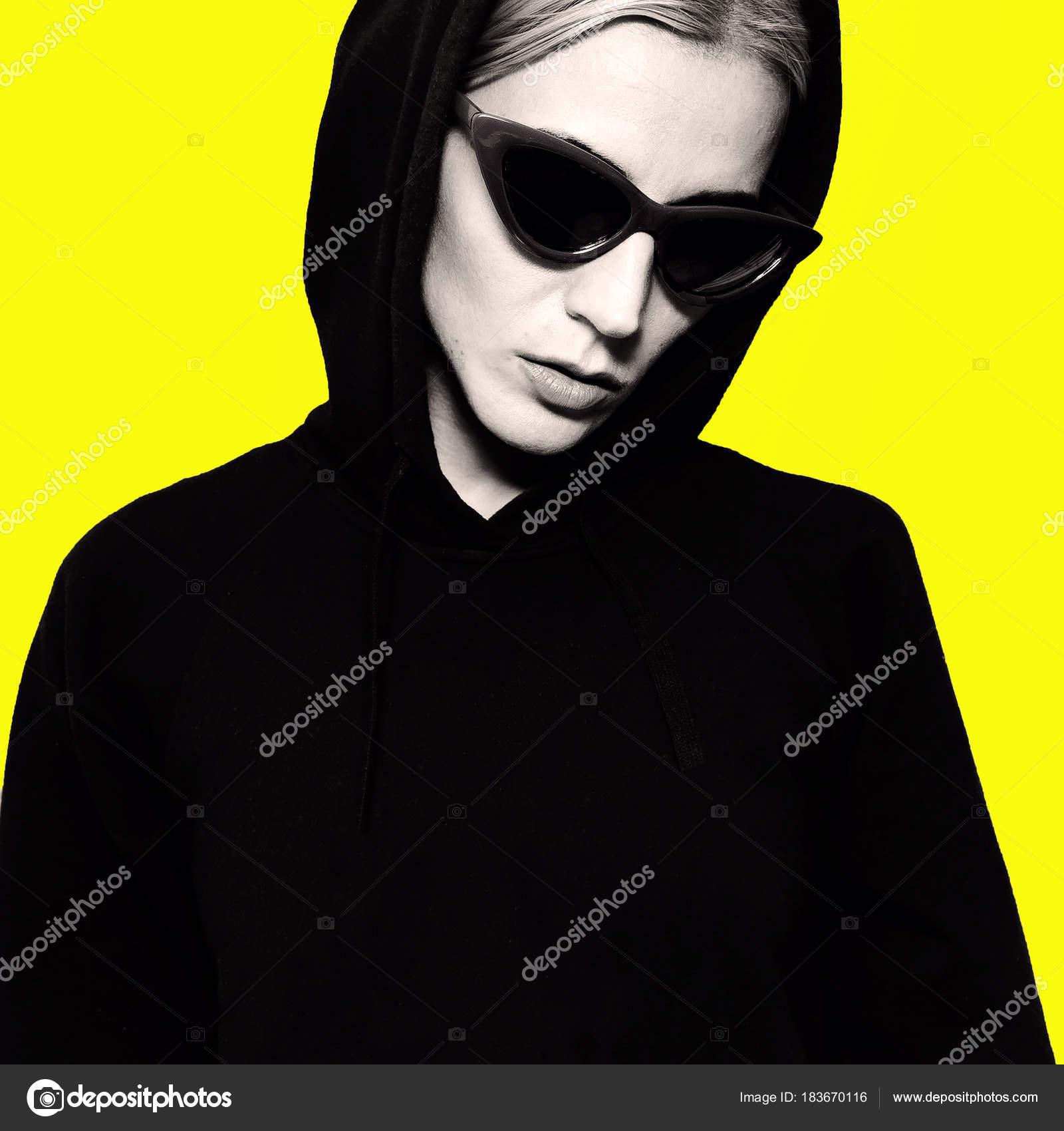 9fc097f491439 SWAG Blonde à lunettes de soleil à la mode. Style de rue-urbain– images de  stock libres de droits