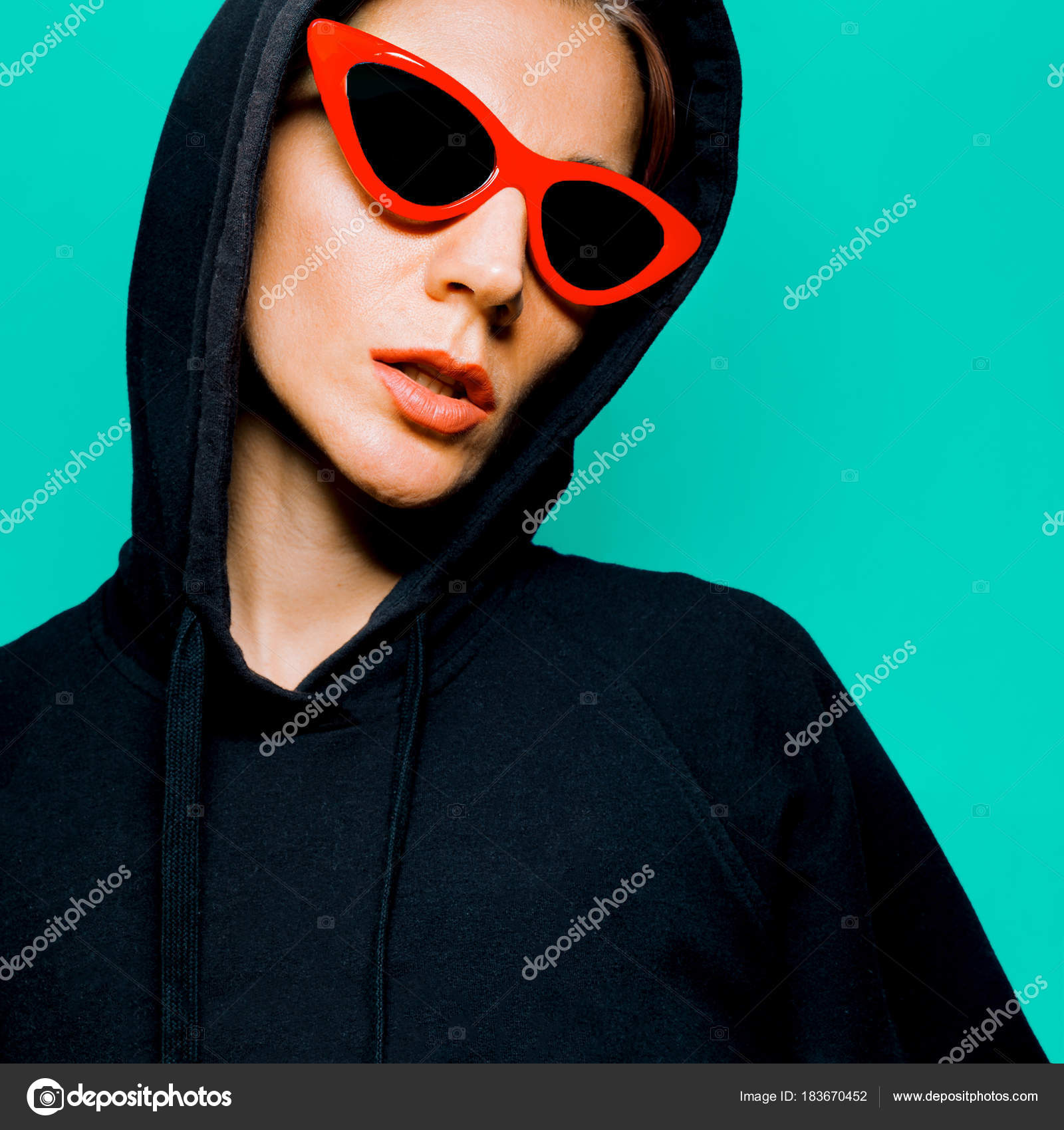 aa806a16f Moleca em óculos de sol moda estilo urbano de Swag de roupa de rua —  Fotografia