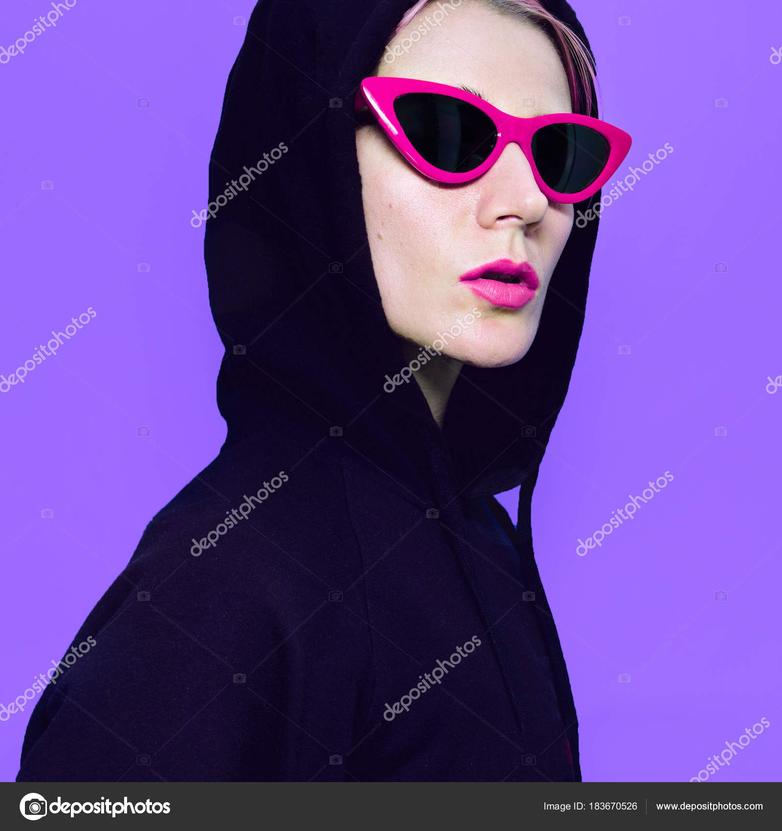 Chica rubia en gafas de sol de moda y con capucha. Traje de calle ...