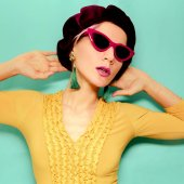 Modello in berretto accessorio moda e occhiali da sole. Giallo dellannata