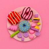 Krapfen und Süßigkeiten. flache Lagen Süßigkeiten minimale Kunst