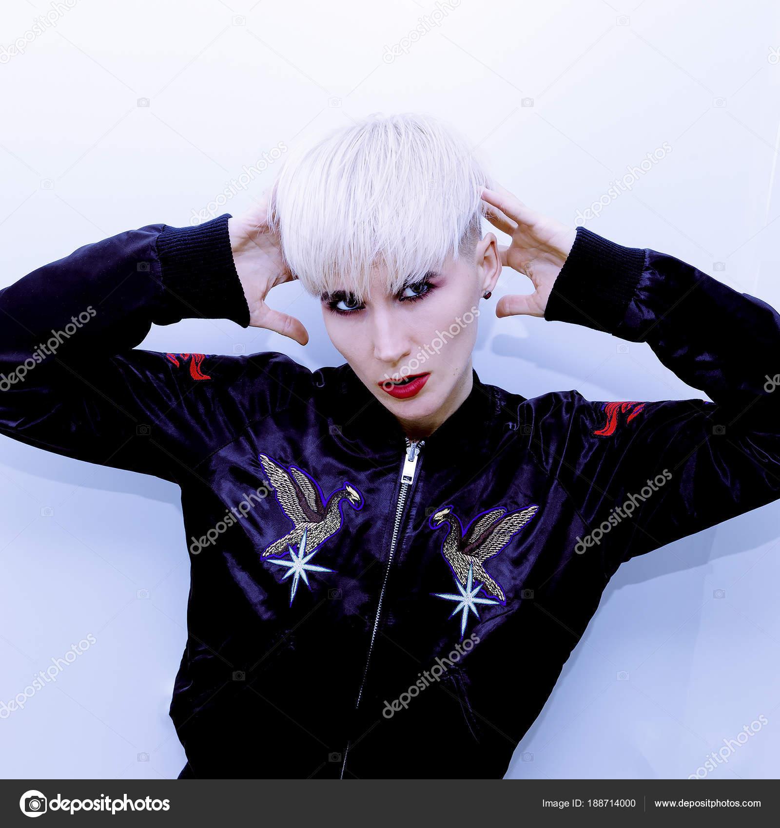 Fashion Girl Blonde Rock Style Coupe De Cheveux Courte Tendance