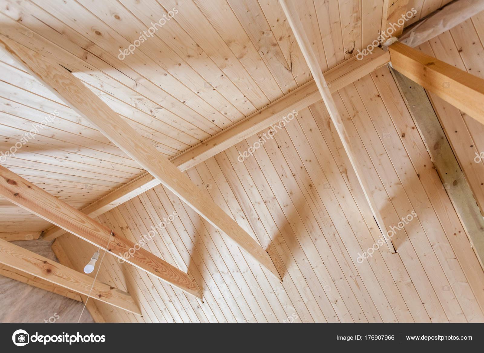Turbo Dachgeschoss, Decke mit Holz Brett — Stockfoto © ivas76@mail.ru TG62