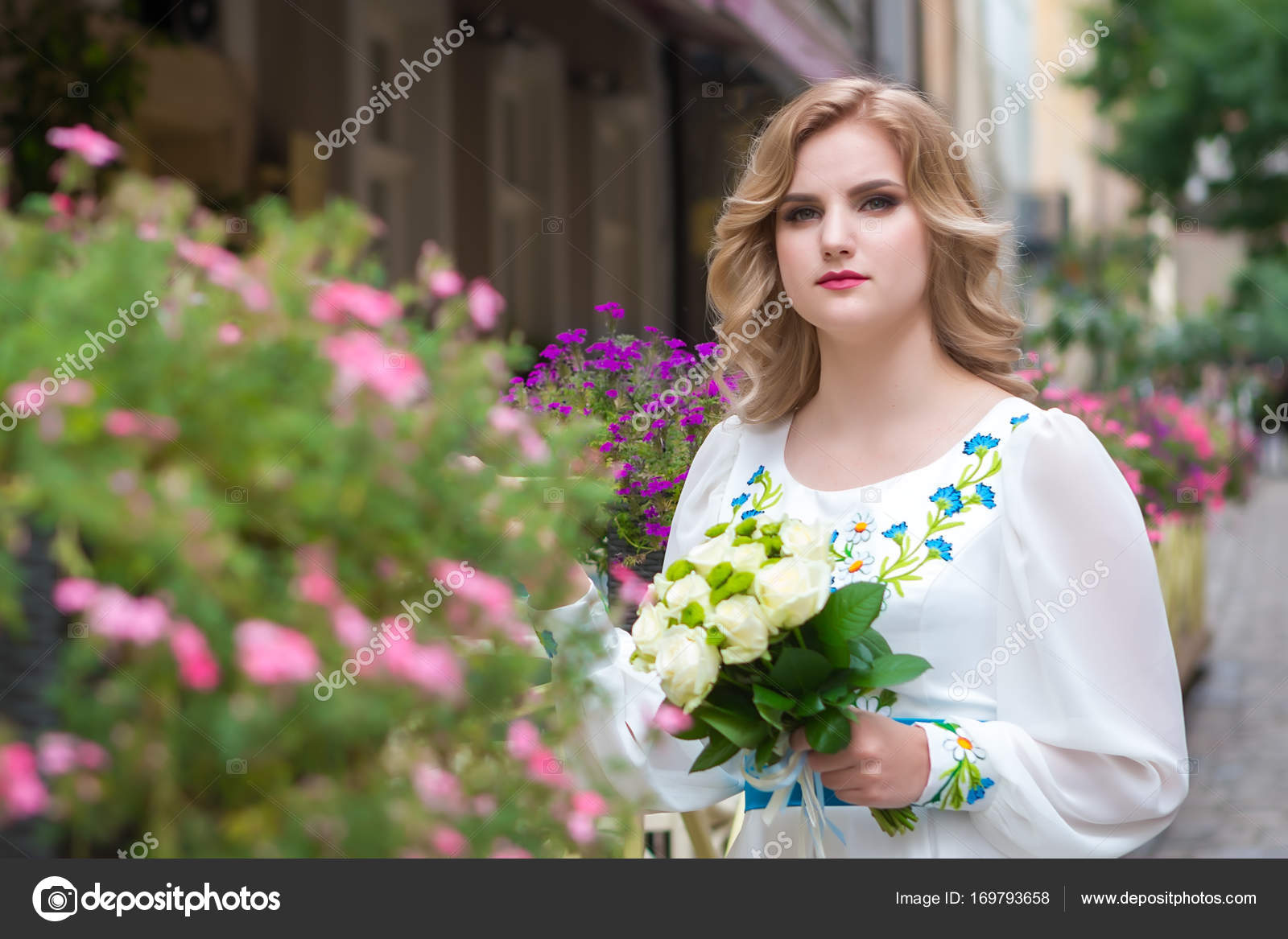 Hochzeit Schone Madchen Mit Einem Brautstrauss Posiert In Der Nahe