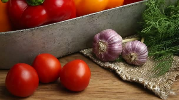 zelenina, zelenina na stole. , rajčata, česnek