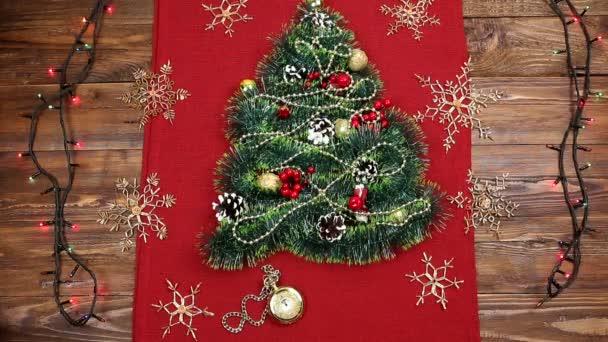 un pequeo rbol de Navidad de oropel nueces cintas y adornos