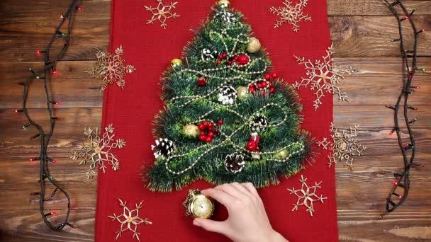 egy kis karácsonyfa talmi, dió, szalagok és dísztárgyakat. Ajándék a karácsonyfa, egy vintage néz. 2018,