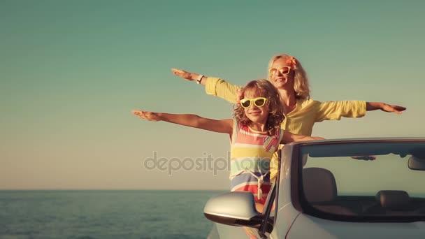 Famiglia felice di viaggio in auto