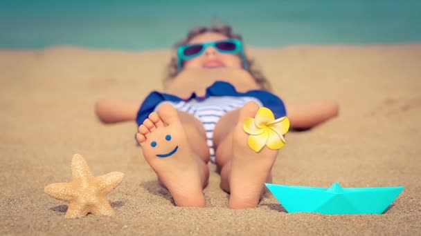 Dítě ležící na pláži