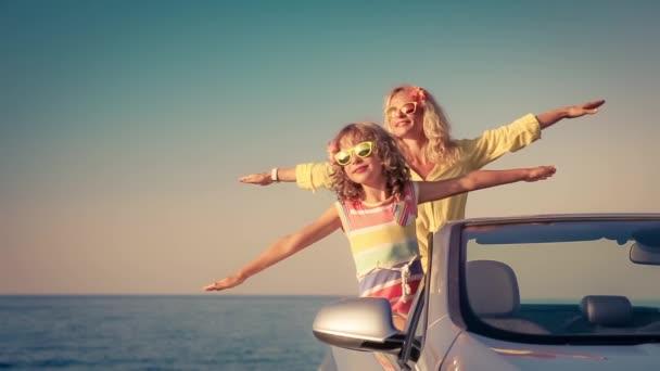 Glückliche Familie mit dem Auto unterwegs