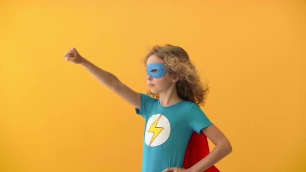 A fiatal lány szuperhős akar lenni. A tinédzser arról álmodik, hogy szuperhős lesz. Képzelet és motiváció. Lassú mozgás.