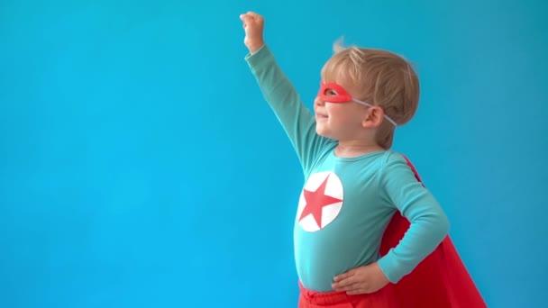 A gyerek szuperhős akar lenni. A kölyök arról álmodik, hogy szuperhős lesz. Képzelet és motiváció. Lassú mozgás.