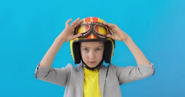 Komoly gyerek készül a versenyre. A srác jól szórakozik a kék háttér ellenére. Siker, kreativitás és induló koncepció