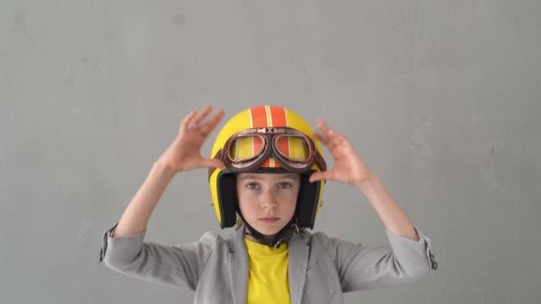 Boldog gyerek versenysisakban és szemüvegben. A kölyök ünnepli a győzelmet. Győztes és sikeres koncepció. 4k