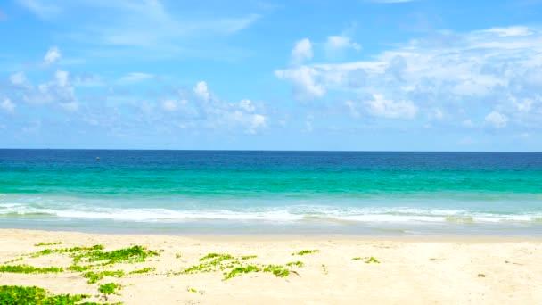 Karon strand, Phuket Thaiföld, Tájkép Kilátás a strandra napsütésben nyári nap. 4k Uhd. Videoklip.